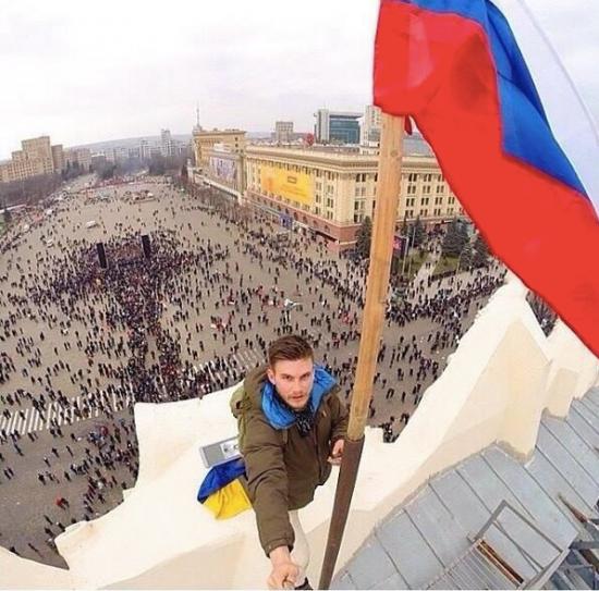 Российский флаг над зданием администрации в Харькове