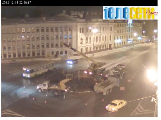 Ёлка во Пскове. Распил во всех смыслах в прямов эфире, весь город смотрел онлайн как спиливают ёлку в центре города