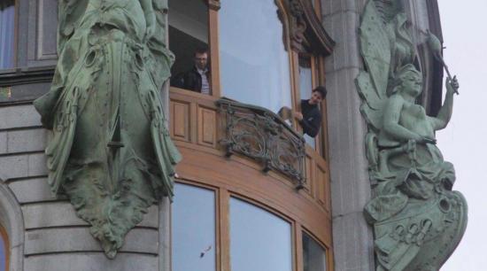 В предверии IPO: Павел Дуров кидается в людей деньгами. Люди разбивали друг другу лица и забирались на столбы