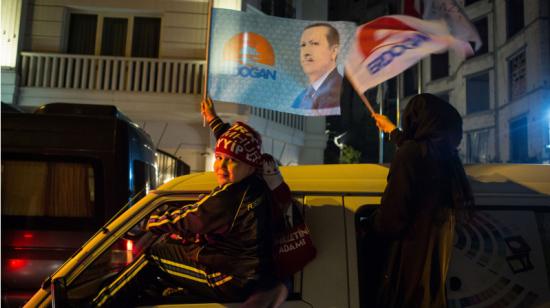 Партия Эрдогана одержала неожиданную победу в Турции