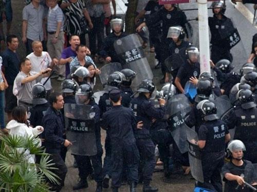 430-тысячная акция протеста в Китае переросла в столкновения с полицией, есть пострадавшие