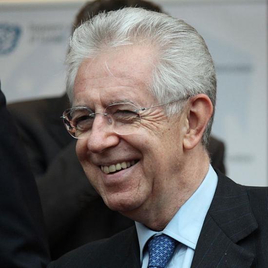 В отставку ушел премьер-министр Монти, Италия осталась без главы. Евро падает. Паника охватила финансовые рынки и  пригороды Италии, люди бросились скупать продовольствие и оружие.