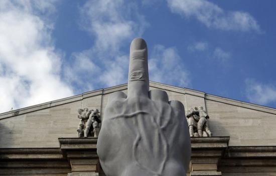 Напротив здания биржи в самом центре Милана, установлен необычный памятник.