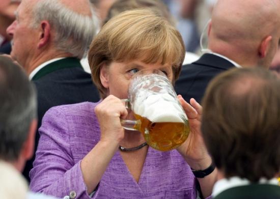 Ангела пьет за свое здоровье и принимает поздравления.