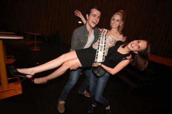 Какую из девушек парень держит на руках?