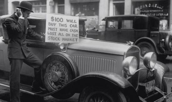 Мужчина пытается продать машину после обвала на фондовой бирже