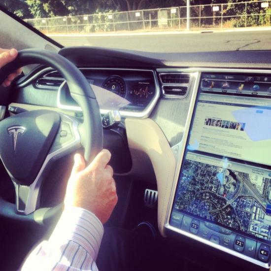 Наш тест-драйв Tesla:  удобна, как iPhone