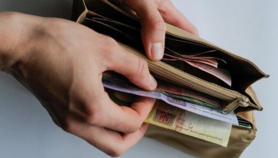Средняя зарплата на Украине составляет 160 долларов, по официальным данным украинского пенсионного фонда.
