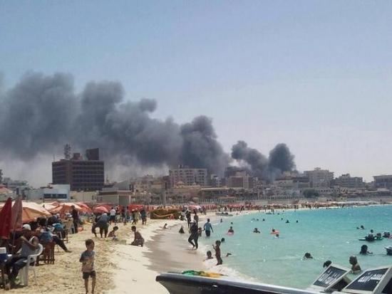 С пляжей Египта виден дым и слышны выстрелы. Пишет друг из Хургады, из отеля никого не выпускают, даже если на самолет.