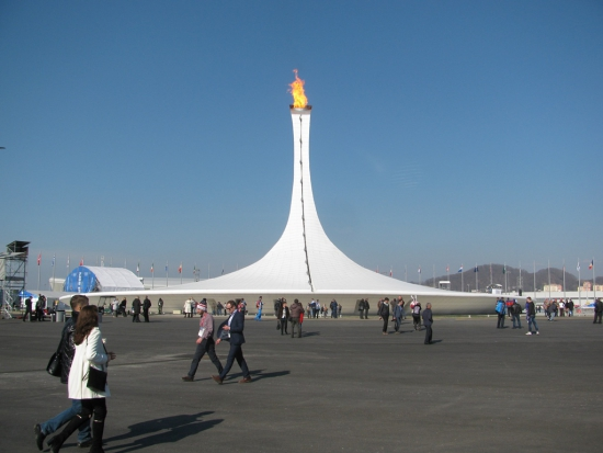 -Олимпийский парк, горит Олимпийский огонь