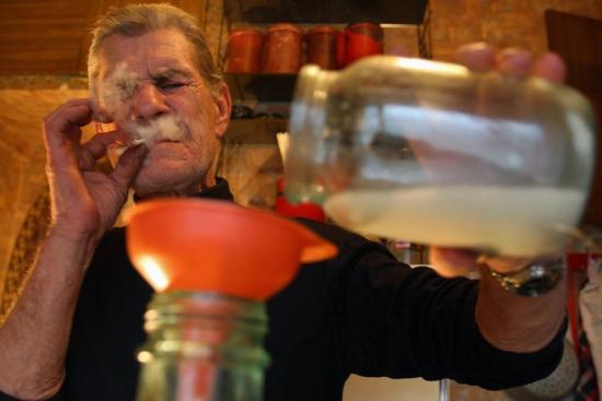 Русский народ, самый изобретательный народ в мире - жители Смоленска гонят самогон из санкционных персиков