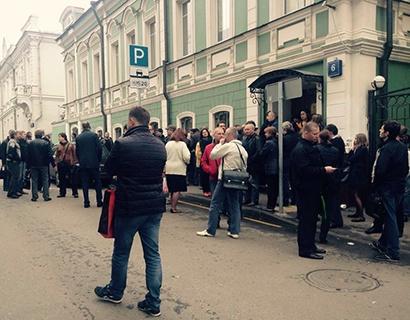 """Бэнкинг по-русски: """"Адмиралтейская битва""""  - в центре МСК клиенты банка воюют с ОМОНом...."""