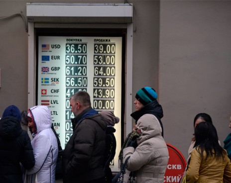 Назад в 90-е. Население меняет рубли на валюту