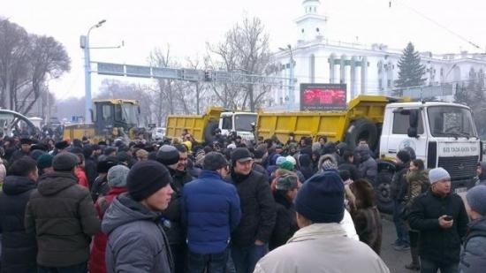 Казахи митингуют против девальвации тенге.