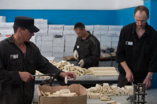 """ФСИН и """"Сбербанк"""" собираются совместно торговать изделиями заключенных."""