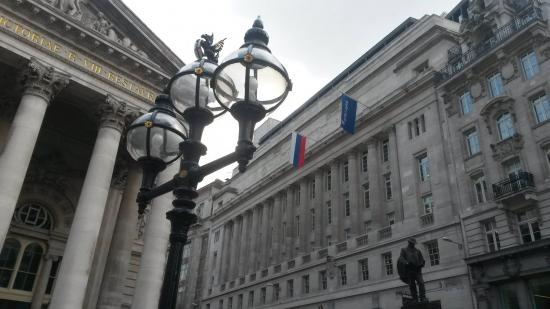 Гордо веет российский флаг над просторами СИТИ в Лондоне