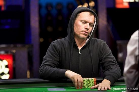Беларус зарабатывает покером на жизнь.