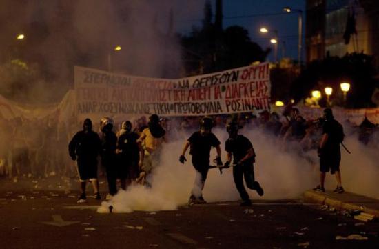 В центре Афин начались столкновения демонстрантов с полицией