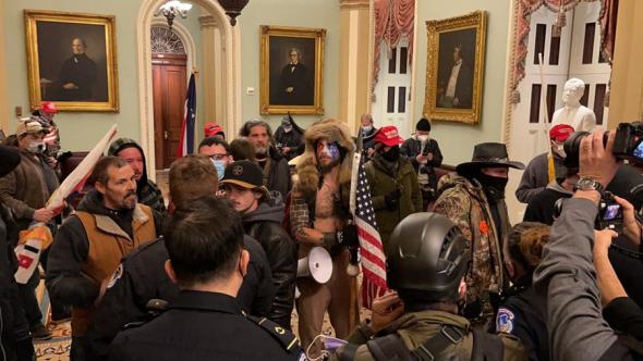 В США протестующие прорвались в Капитолий и окружили зал сената