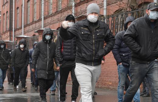 Путин зовёт в Россию таджиков на работу
